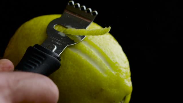 vídeos de stock, filmes e b-roll de lemon zest fest - casca de fruta