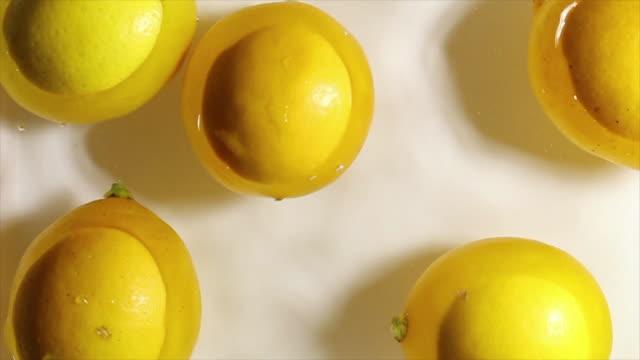 lemons falling into the water - fünf gegenstände stock-videos und b-roll-filmmaterial