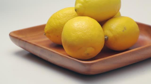cu tu lemons in plate / london, uk - 数個の物点の映像素材/bロール