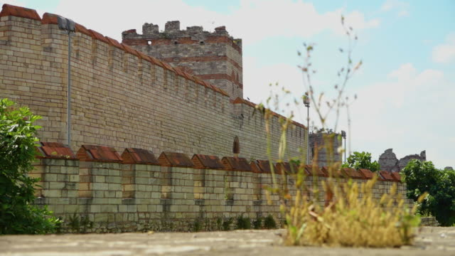 vídeos de stock, filmes e b-roll de lengthy theodosian walls of constantinople with vegetation - istambul