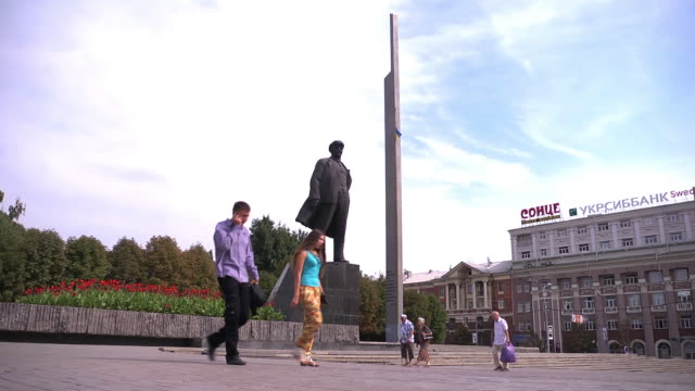 vídeos de stock e filmes b-roll de ws lenin statue pedestrians - figura masculina