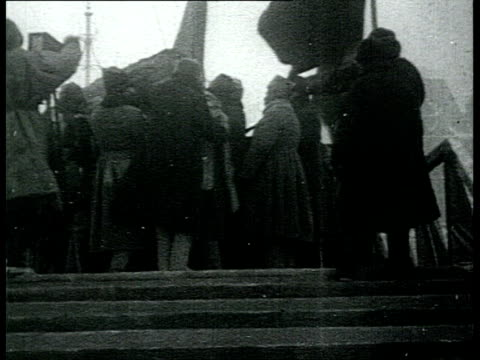 lenin's funeral in moscow carrying of the body to the first wooden mausoleum evdokimov's speech on red square red army soldiers cu nadezhda krupskaya... - 1924年点の映像素材/bロール
