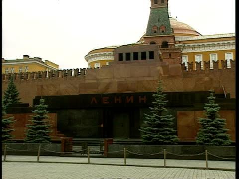 vídeos y material grabado en eventos de stock de ms lenin's mausoleum with black cyrillic text 'lenin' on front, moscow - lenín
