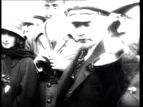 vídeos y material grabado en eventos de stock de /lenin's speech at first session of ii komintern congress 1920/lenin w/ karl radek both stand address audience from presidium ws of... - lenín
