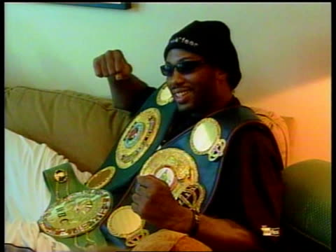 vídeos de stock e filmes b-roll de ben james mates usa nevada las vegas int lennox lewis drinking water in ring after win over evander holyfield pull out lewis posing with world... - autografar