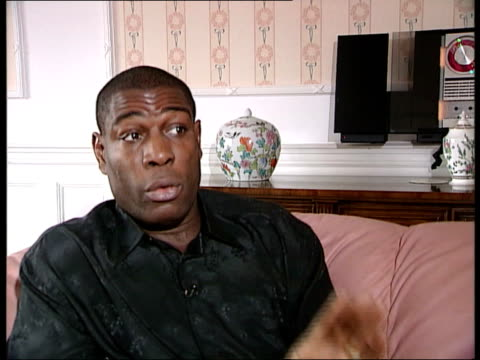 stockvideo's en b-roll-footage met lennox lewis v evander holyfield: controversy; c)18.15: tim wyatt england: london: int former heavyweight boxer frank bruno into room in house and... - itv evening bulletin