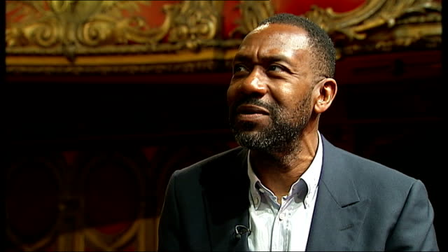 vídeos de stock e filmes b-roll de lenny henry photocall and interview; england: london: int lenny henry photocall / lenny henry, larrington walker and joivan wade photocall [actors in... - lenny henry