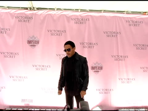 lenny kravitz at the 10th victoria's secret fashion show arrivals at the armory in new york new york on november 9 2005 - waffenlager stock-videos und b-roll-filmmaterial