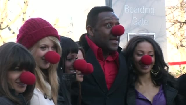 vídeos de stock e filmes b-roll de lenry henry receives knighthood; r31010706 / 31.1.2007 london: south bank: lenny henry and others wearing red noses at the launch of the 2007 comic... - lenny henry
