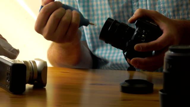 vídeos de stock, filmes e b-roll de lente de limpeza - equipamento fotográfico