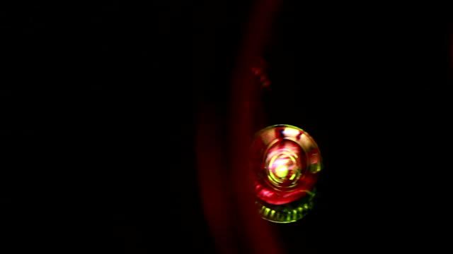 vídeos y material grabado en eventos de stock de resplandor del objetivo moving fast, atrás y cuarto. - cambio de oficina