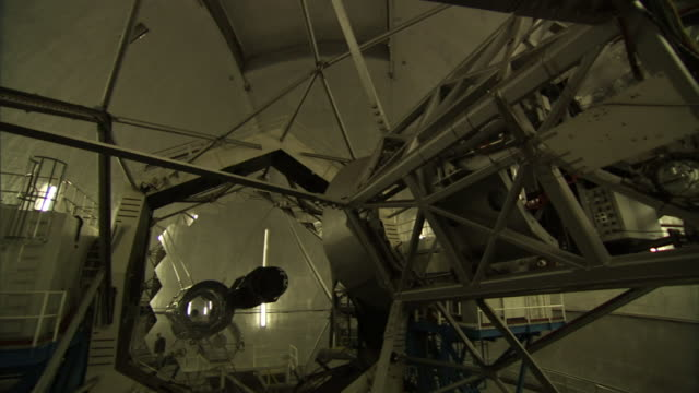 a lens moves below a telescope dome at the w. m. keck observatory in mauna kea, hawaii. - kuppeldach oder kuppel stock-videos und b-roll-filmmaterial