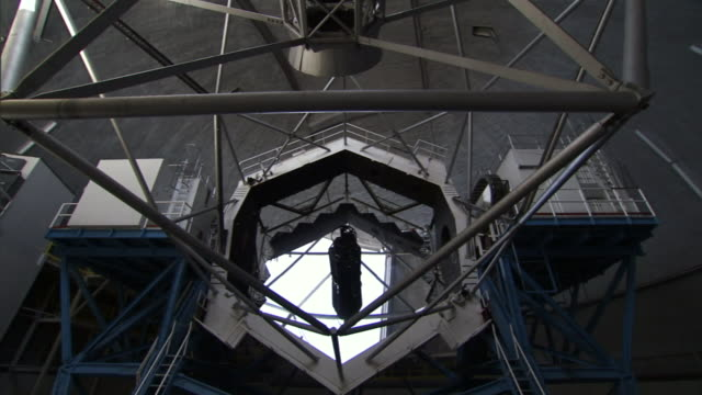 a lens moves inside a telescope at the w. m. keck observatory on hawaii's big island. - astronomie stock-videos und b-roll-filmmaterial
