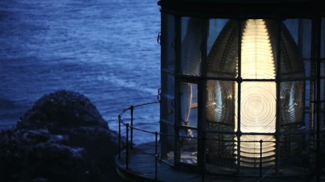 vídeos y material grabado en eventos de stock de cu, lens rotating at dusk, heceta head lighthouse, yachats, oregon - faro equipo de seguridad