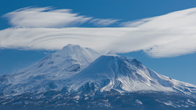 lenticular cloud over mount shasta - cerebrum video stock e b–roll