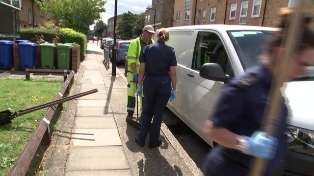 vídeos de stock e filmes b-roll de police search for murder weapon england london peckham ext various shots of police team searching drains and gutters - peckham