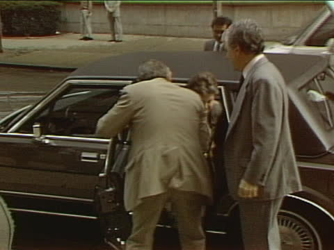 leona helmsley arrives at new york city courthouse for her trial. she was convicted of evading $1.7 million in taxes and sentenced to four years in... - crime or recreational drug or prison or legal trial点の映像素材/bロール