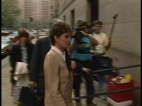 leona helmsley arriving at courthouse during her trial. she was convicted of evading $1.7 million in taxes and sentenced to four years in prison. - crime or recreational drug or prison or legal trial点の映像素材/bロール