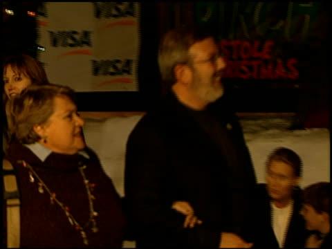leonard maltin at the 'how the grinch stole christmas' premiere at universal amphitheatre in universal city, california on november 8, 2000. - ギブソンアンフィシアター点の映像素材/bロール