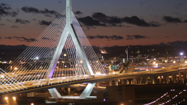 t/l ws zo leonard p. zakim bunker hill memorial bridge at dusk, boston, massachusetts, usa - ザキム・バンカーヒル橋点の映像素材/bロール