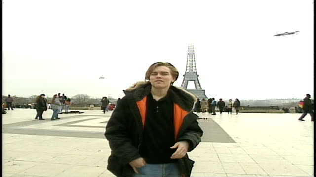 leonardo dicaprio walking around plaza of the palais de chaillot - 1995 bildbanksvideor och videomaterial från bakom kulisserna