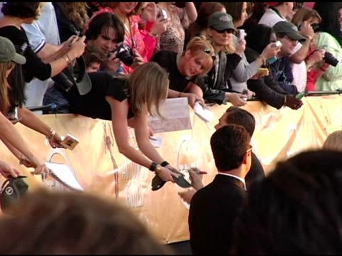 stockvideo's en b-roll-footage met leonardo dicaprio with fans at the 2005 screen actors guild sag awards interviews at the shrine auditorium in los angeles california on february 5... - screen actors guild awards