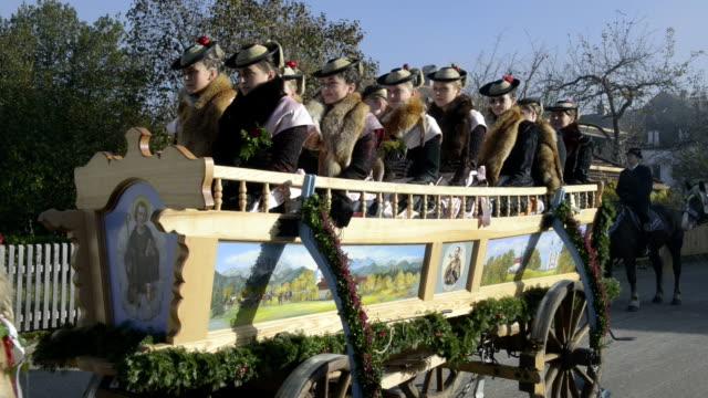 vídeos de stock, filmes e b-roll de leonhardifahrt procession in bavaria. - grupo pequeno de animais