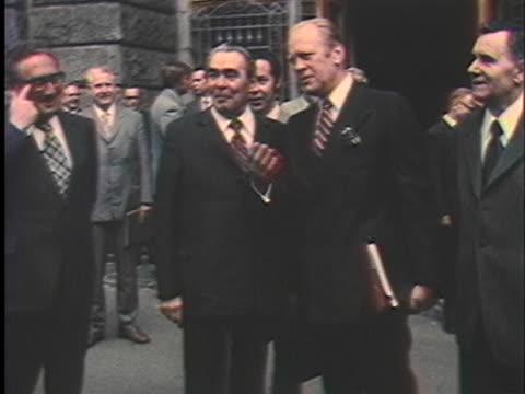 vídeos de stock e filmes b-roll de leonid brezhnev and andrei gromyko talk informally with president gerald ford and henry kissinger. - leonid brezhnev