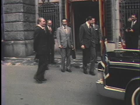 leonid brezhnev and andrei gromyko watch the arrival of president gerald ford and henry kissinger. - leonid brezhnev bildbanksvideor och videomaterial från bakom kulisserna