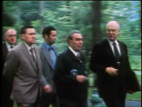 vídeos de stock e filmes b-roll de leonid brezhnev walking with group of men outdoors at camp david / maryland - leonid brezhnev