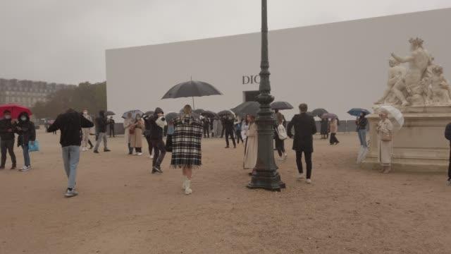 leonie hanne attends the dior womenswear spring/summer 2021 show as part of paris fashion week on september 29, 2020 in paris, france. - ファッションコレクション点の映像素材/bロール
