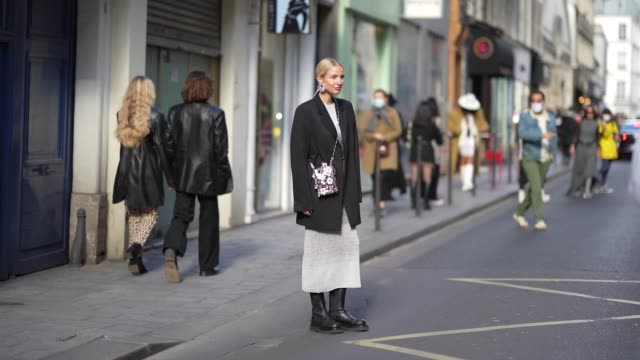 vídeos de stock, filmes e b-roll de leonie hanne wears a black oversized blazer jacket, a grey glitter dress, a silver shiny sequined bag with attached floral designs, black leather... - bolsa objeto manufaturado
