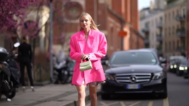 vídeos de stock, filmes e b-roll de leonie hanne wears a neon pink oversized blazer jacket, a bag, pink shoes, outside koche x pucci, during milan fashion week fall/winter 2020-2021 on... - rosa cor