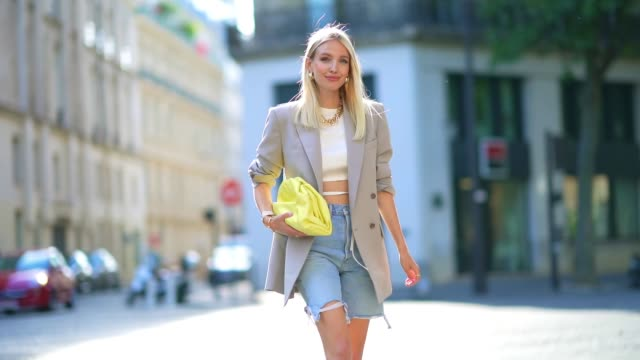 leonie hanne wears golden earrings, a golden necklace, a white cropped top from orseund iris, a gray oversized long blazer jacket from frankie shop,... - halskette stock-videos und b-roll-filmmaterial