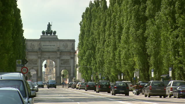 leopoldstraãŸe - siegestor, traffic, street, cars, people, cloudy sky - triumphal arch stock videos & royalty-free footage