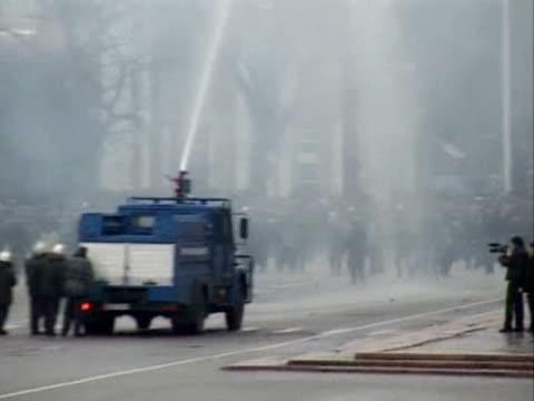 les autorites du kirghizstan ont decrete l'etat d'urgence apres que des violences entre opposants et policiers ont eclate a bichkek, capitale de ce... - stato di emergenza video stock e b–roll