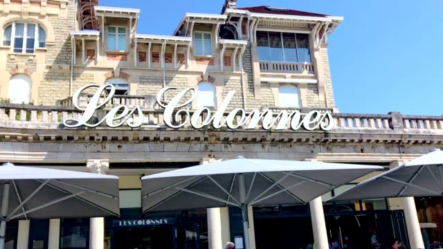 vídeos de stock, filmes e b-roll de les colonnes café in biarritz - biarritz