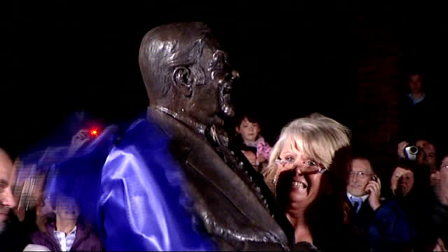 les dawson tribute statue unveiled in his home town; england: lancashire: lytham st anne's: ext / night bronze statue of les dawson being unveiled by... - リザムセントアンズ点の映像素材/bロール