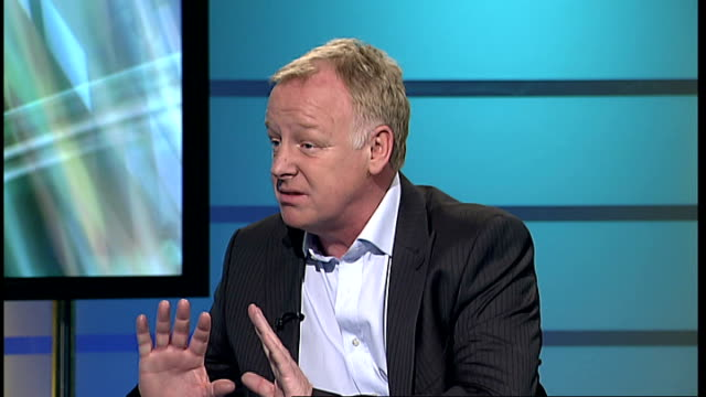 vidéos et rushes de les dennis publishes autobiography 'must the show go on' england london gir int les dennis live studio interview sot on the honesty in his new... - biographie