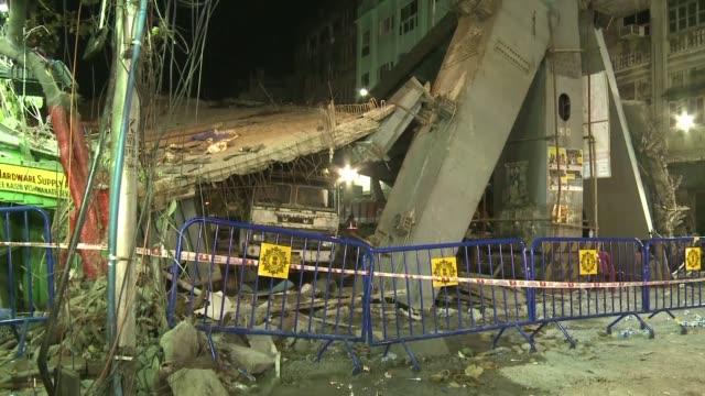 les equipes d'urgence etaient toujours a l'oeuvre vendredi soir sur le site d'un autopont effondré qui a fait au moins 26 morts - inde stock videos & royalty-free footage