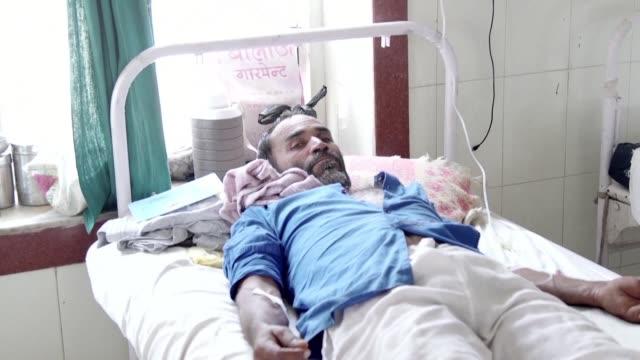 Les habitants du nord de l'Inde souffrent sous la chaleur ecrasante a Churu ou les temperatures ont atteint les 50 degres l'hopital soigne de...
