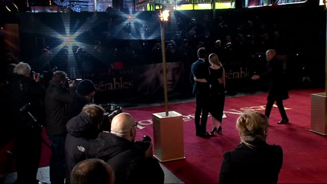 vídeos y material grabado en eventos de stock de les miserables red carpet; england: london: leicester square: ext **beware flash photography** **music heard sot** amanda seyfried posing for... - autografiar