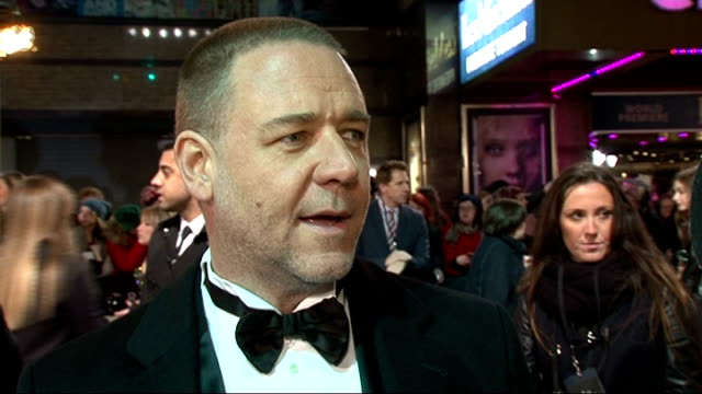 les miserables red carpet russell crowe interview sot crowe chatting to press - russell crowe stock videos & royalty-free footage