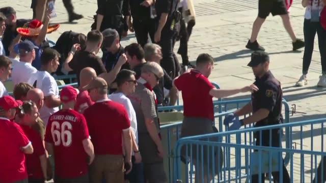 Les supporteurs arrivent au stade Wanda Metropolitano de Madrid pour la finale de la Ligue des champions entre Tottenham et Liverpool