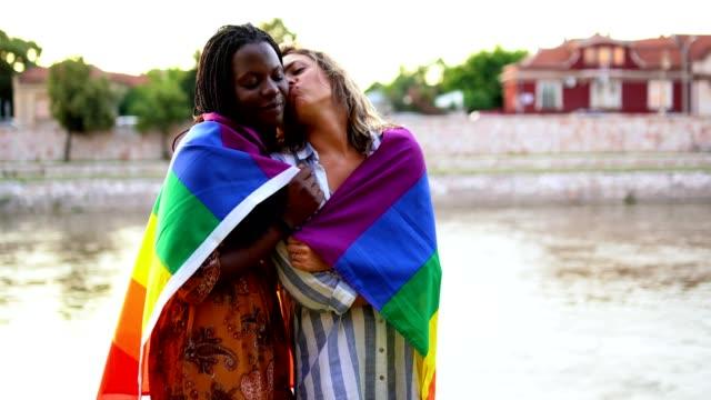 レズビアン カップル バイ ザ リバー - lgbtqi点の映像素材/bロール