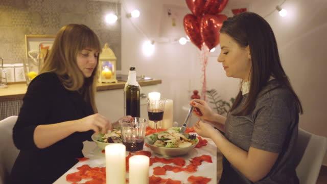 バレンタインデーを祝うレズビアンカップル - お食事デート点の映像素材/bロール