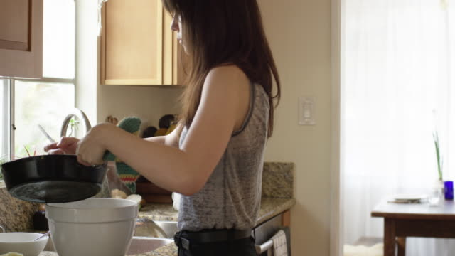 vídeos de stock, filmes e b-roll de a lesbian couple cooking pasta in their kitchen - sem manga