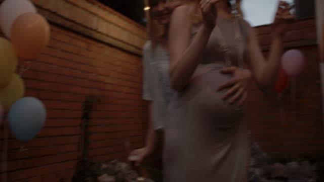 hd:  lesbica coppia ballare alla festa in giardino. - lesbica video stock e b–roll