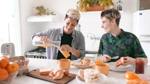stockvideo's en b-roll-footage met lesbische paar eten ontbijt - een dag uit het leven serie