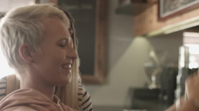 vídeos de stock e filmes b-roll de lesbian couple get coffee, handheld - cabelo curto comprimento de cabelo